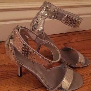 Nine West sassy sexy silver sequence heels!!